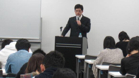 FP有賀先生の講義風景(現在は、ふぃなぱずFP講座に注力するため講義は行っておりません)。FP有賀先生の最新オリジナル講義は、ふぃなぱずFP講座でご利用いただけます。